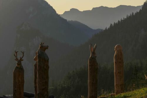 Tierköpfe aus Holzstämmen, Kolbensattelspielplatz Oberammergau